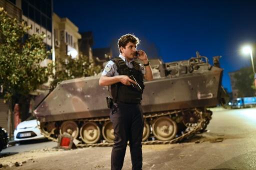 Un policier turc à Istanbul, le 16 juillet 2016  © Bulent KILIC AFP/Archives