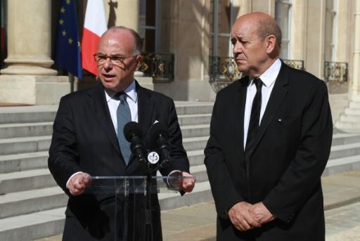 Bernard Cazeneuve et Jean-Yves Le Drian le 18 juillet 2016 dans la cour de l'Elysée à Paris © JACQUES DEMARTHON AFP