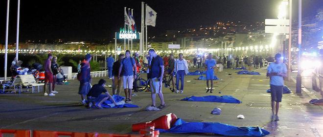 Guerre. Nuit d'horreur à Nice. La promenade des Anglais est jonchée de corps sans vie. Peu après le feu d'artifice du 14 Juillet, un camion lancé à pleine vitesse a fauché la foule. Au volant, Mohamed Lahouaiej Bouhlel. Le président de la République évoque très rapidement une attaque terroriste. Bilan de la tragédie: 84morts, parmi lesquels 10 enfants.