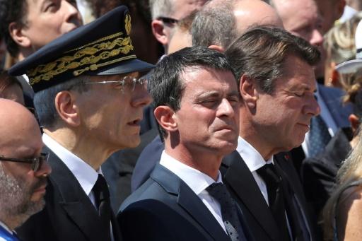 (de gauche à droite) Le maire de Nice Philippe Pradal, le préfet des Alpes-Maritimes Adolphe Colrat, le Premier ministre Manuel Valls et le président de la région Provence-Alpes-Cote-d'Azur Christian Estrosi, à Nice le 18 juillet 2016 © Valery HACHE AFP