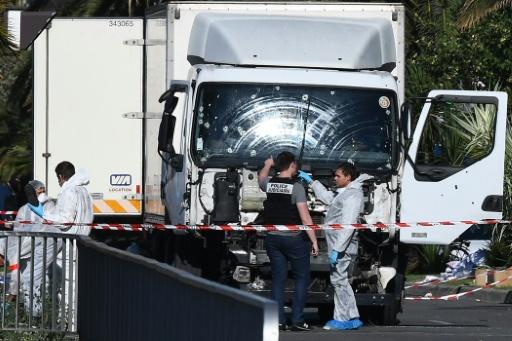 Des experts scientifiques de la police devant le camion criblé de balles de l'auteur de l'attentat sanglant de Nice, le 15 juillet 2016 © ANNE-CHRISTINE POUJOULAT AFP