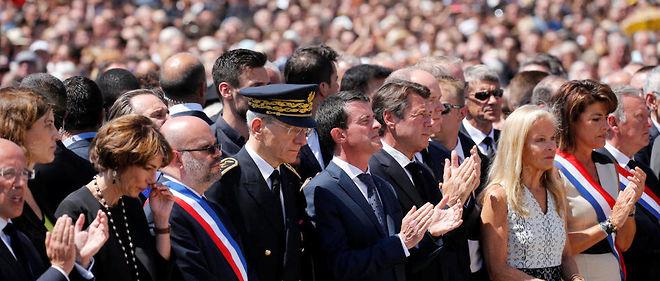 Manuel Valls, le président de la région Paca Christian Estrosi et le prince Albert II de Monaco lors de la minute de silence sur la promenade des Anglais en hommage aux victimes de l'attaque du 14 juillet.