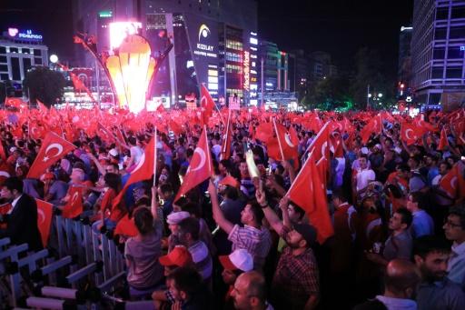 Des partisans d'Erdogan rassemblés sur la place Kizilay à Ankara lors d'une manifestation de soutien au gouvernement le 17 juillet 2016 © ADEM ALTAN AFP
