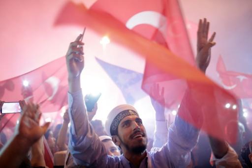 Des partisans d'Erdogan rassemblés sur la place Taksim à Istanbul le 17 juillet 2016 © YASIN AKGUL AFP