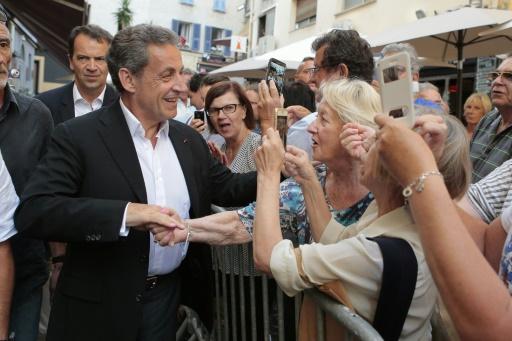 Nicolas Sarkozy serre des mains après une séance de dédicace de son livre à Ajaccio le 13 juillet 2016 © PASCAL POCHARD-CASABIANCA AFP/Archives