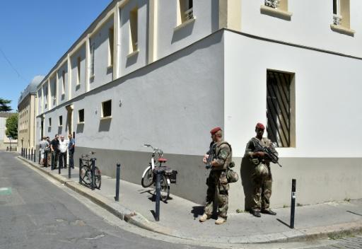 Des soldats de l'opération Sentinelle, en poste devant la mosquée de Bordeaux le 18 juillet 2016 © GEORGES GOBET AFP