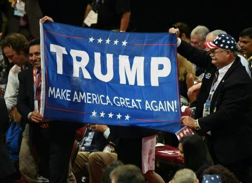 Des délégués déploient une banderole de soutien à Trump à la Convention républicaine le 18 juillet 2016 à Cleveland, Ohio © Robyn BECK                          AFP
