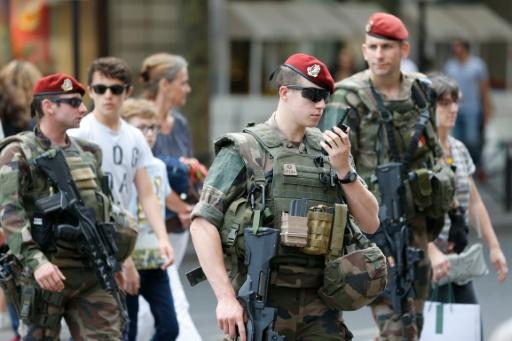 Des soldats de l'opération Sentinelle en patrouille devant les grands magasins le 15 juillet 2016 à Paris  © MATTHIEU ALEXANDRE AFP