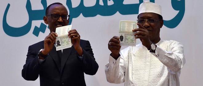 Paul Kagamé, président du Rwanda, et Idriss Deby Itno, président du Tchad, brandissent leur passeport africain le 17 juillet 2016.