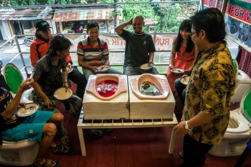 Des clients découvrent les repas servis dans des cuvettes de toilette au Jamban Cafe de Samarang, en Indonésie, le 16 juillet 2016 © SURYO WIBOWO AFP/Archives