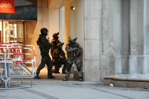 La police de Munich sur les lieux de la fusillade dans un centre commercial près du stade olympique, le 22 juillet 2016 © Andreas Gebert dpa/AFP