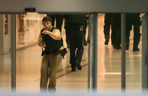 La police de Munich sur les lieux de la fusillade dans un centre commercial près du stade olympique, le 22 juillet 2016 © STR AFP