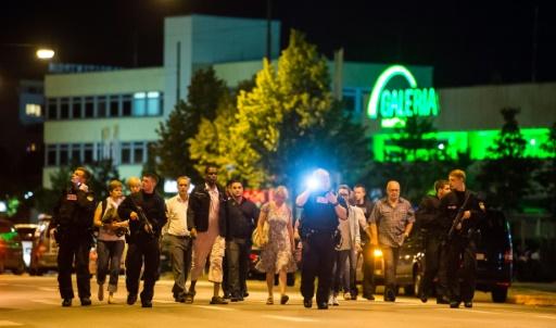 Des personnes sont évacuées du centre commercial de Munich le 22 juillet 2016. © STRINGER AFP