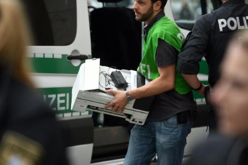 Les forces de l'ordre effectuent une perquisition dans un appartement d'un immeuble de plusieurs étages au nord du centre-ville de Munich, le 23 juillet 2016 © Tobias Hase DPA/AFP
