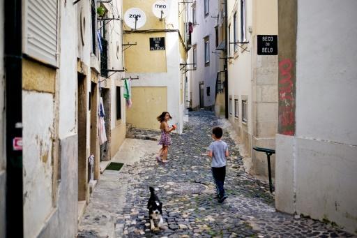 Les ruelles du quartier Alfama à Lisbonne, très prisé par les touristes, le 29 juin 2016 © PATRICIA DE MELO MOREIRA AFP