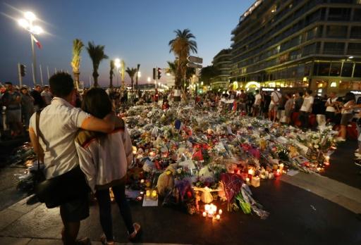 Des personnes se recueillent sur la promenade des Anglais, à Nice, le 18 juillet 2016 © Valery HACHE AFP/Archives