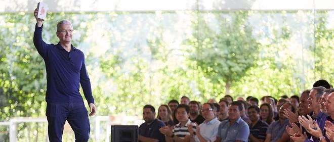Tim Cook présentant le milliardième iPhone vendu lors d'une réunion du personnel d'Apple.