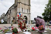 Devant l'église de Saint-Étienne-du-Rouvray, où le prêtre Jacques Hamel a été assassiné. ©CHARLY TRIBALLEAU