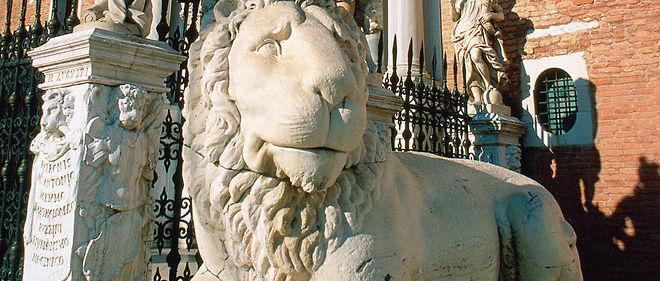 Le lion, symbole de la ville, à l'entrée principale de l'Arsenal.