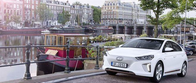 La calandre fermée de la Hyundai Ioniq électrique démontre la faiblesse des besoins en refroidissement.