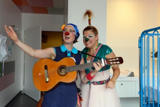 """Des clowns de l'association """"Le Rire Medecin"""" le 25 juillet 2016 à l'hôpital Necker à Paris © BERTRAND GUAY AFP"""