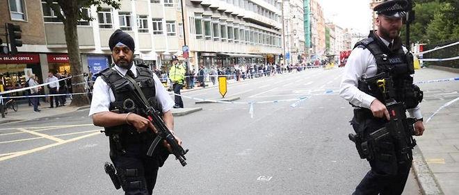 Des policiers armés à Russell Square où un déséquilibré armé d'un couteau a tué une femme mercredi soir.