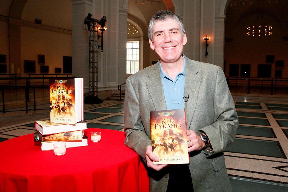 Numéro 8 ex æquo. Rick Riordan - 9,5 millions de dollars. Le créateur de Percy Jackson reste parmi les auteurs les mieux payés au monde grâce au succès de ses romans pour ados inspirés de la mythologie.