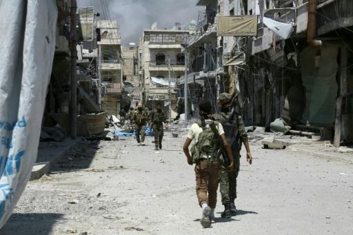 Des membres des Forces démocratiques syriennes (SDF) patrouillent dans la ville de Minbej (nord de la Syrie) le 7 août 2016 pour traquer les jihadistes © DELIL SOULEIMAN AFP