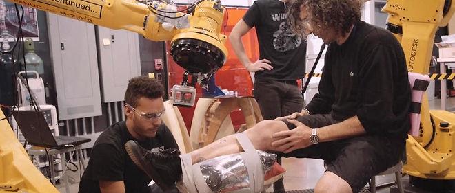 Le premier tatouage dessiné par un robot sur l'homme.