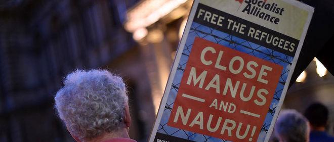 À Sydney, une veillée de soutien après le décès d'un réfugié iranien envoyé sur l'île de Nauru.