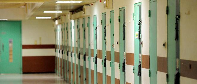 Soupçonné d'avoir projeté un attentat, il est incarcéré au milieu des autres détenus.