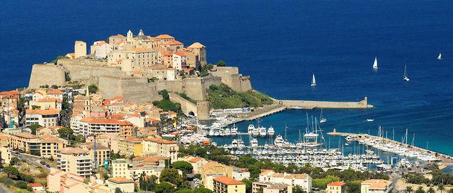 """Selon l'hebdomadaire """"Closer"""", Flora Hollande, la fille de François Hollande et de Ségolène Royal, aurait été véhiculée et hébergée en Corse par la sous-préfecture de Calvi."""