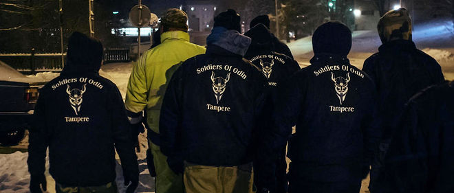 """À Tampere en Finlande, les Soldats d'Odin, un groupuscule d'extrême droite, patrouille dans les rues pour les """"sécuriser"""" face au """"péril migrant""""."""
