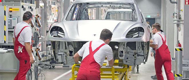 Des ouvriers dans une usine Porsche