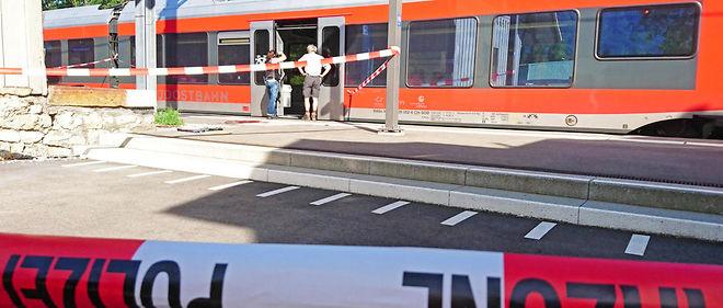 Le train où l'attaque a eu lieu arrêté en gare de Salez en Suisse.
