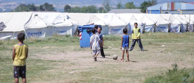 Des enfants jouent dans un camp de réfugiés en Grèce.