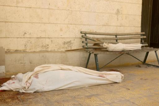 Des corps devant un hôpital à Alep, en Syrie, après un bombardement, le 16 août 2016 © THAER MOHAMMED AFP/Archives