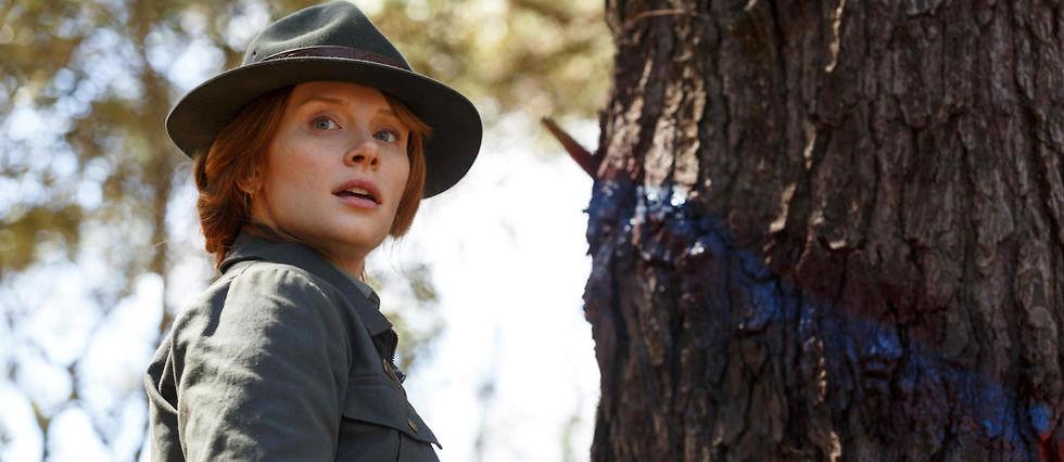 Bryce Dallas Howard incarne le shérif Grace dans le remake de Peter et Elliott le dragon, au cinéma le 17 août.