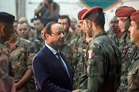Devoir. Après la mort de deux soldats français, François Hollande s'est rendu à Bangui, en Centrafrique, le 10 décembre 2013 :