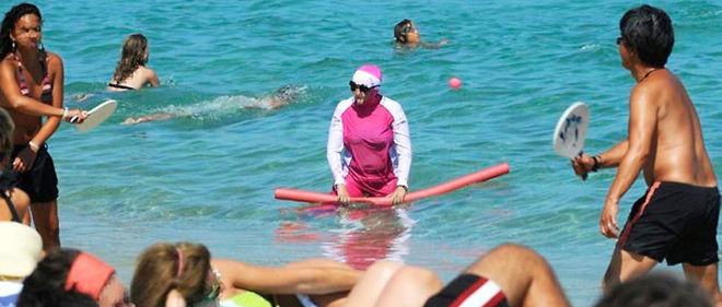 Une femme en burkini, le 12 août 2009, sur la plage de Pampelonne.