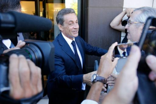 Nicolas Sarkozy serre des mains en arrivant à son nouveau QG de campagne à Paris le 23 août 2016 © MATTHIEU ALEXANDRE AFP
