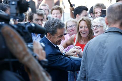 Nicolas Sarkozy serre des mains à Paris le 23 août 2016 © MATTHIEU ALEXANDRE AFP