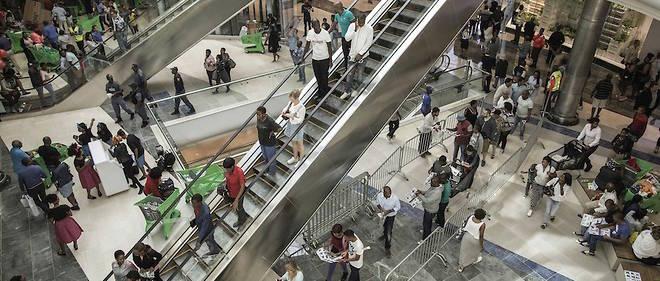 """Les clients se pressent le 28 avril 2016 dans le """"Mall of Africa"""" à Midrand, en Afrique du Sud. Le """"Mall"""" est plus grand centre commercial d'Afrique."""