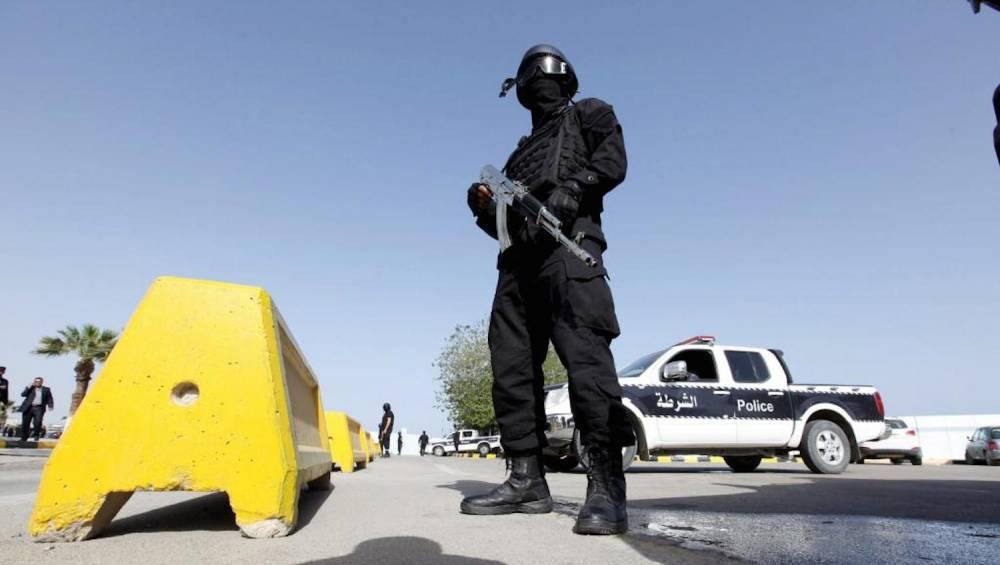 Le chaos économique va-t-il succéder au chaos politico-sécuritaire en Libye ? Photo : sécurité à l'entrée des bureaux du gouvernement, à Tripoli, le 14 avril 2016.  ©  REUTERS/Ismail Zitouny