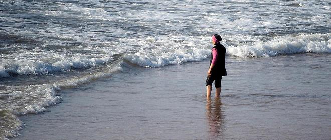 Une femme portant un burkini sur une plage de Rabat le 17 août 2016.