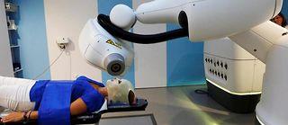 Ciblé. À l'hôpital européen Georges-Pompidou (AP-HP). Le bras de la machine irradie la tumeur en fonction des mouvements du patient, en épargnant les tissus sains. ©Louise Oligny