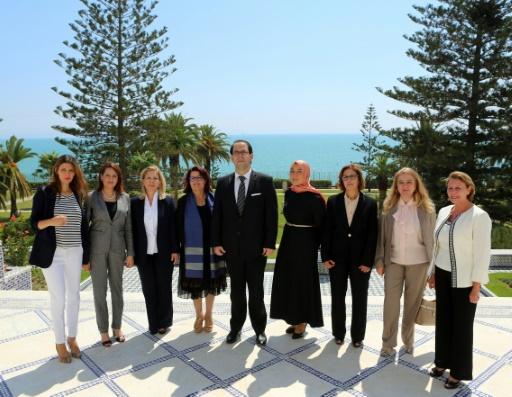 Photo fournie par le service de presse présidentiel tunisien le 27 août 2016, montrant le nouveau Premier ministre tunisien Youssef Chahed et les membres féminins de son gouvernement à Carthage (Tunisie) © HO TUNISIAN PRESIDENCY/AFP