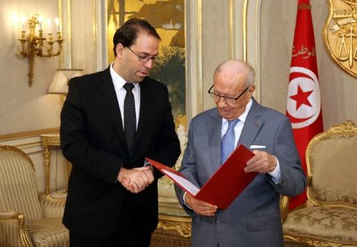 Le nouveau Premier ministre tunisien Youssef Chahed (g) présente au président Beji Caid Essebsi la composition de son gouvernement le 20 août 2016 à Carthage © STRINGER TUNISIAN PRESIDENCY/AFP/Archives