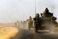 Blindés turcs dans la province de Gaziantep, à la frontière syrienne.  ©Umit Bektas
