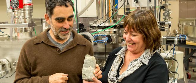 Les géologues australiens Allen Nutman et Vickie Bennet avec un stromatolithe de 3,7 milliards d'années, découvert au Groenland.